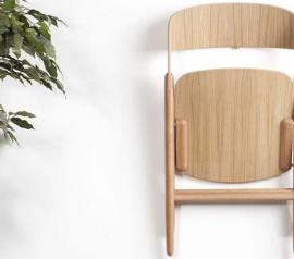 Дизайнер Дэвид Ирвин разработал складное деревянное кресло для мебельного бренда «Case Furniture»
